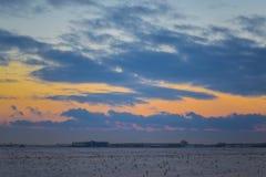 Donkere mooie hemel De Zon van de zonsondergang Snel drijvende wolken echte de winter ijzige zonsondergang op het gebied silhouet Royalty-vrije Stock Foto