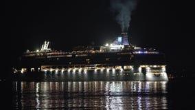 Donkere nachtmening van het Noorse het Juweel van de Cruisevoering omgekeerde varen in Vreedzame Oceaan stock videobeelden