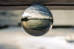 Donkere oceaan met de dramatische bewolkte fotografie van de hemelmening in de duidelijke bal van het kristalglas Stock Afbeelding
