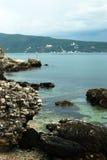 Donkere ochtend op de Adriatische kust Stock Foto