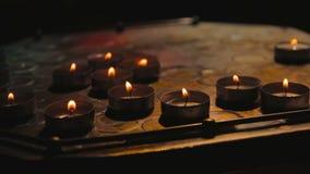 Donkere oliekaarsen bij nacht stock videobeelden