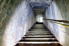 Donkere ondergrondse trap Royalty-vrije Stock Afbeelding