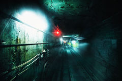 Donkere ondergrondse tunnel Grungebeeld met korreltextuur stock afbeeldingen