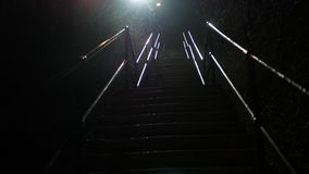 Donkere onheilspellende industriële treden of stappen bij nacht stock footage