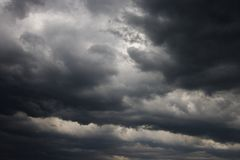 Donkere onweerswolken. stock foto