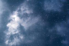 Donkere onweerswolken in de hemel met regendruppels royalty-vrije stock afbeeldingen