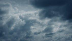 Donkere onweerswolken die zich over hemel bewegen stock video