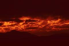 Donkere onweerswolken met rood licht stock afbeelding