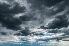 Donkere onweerswolken op de hemel stock afbeelding