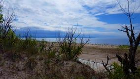 Donkere Onweerswolken op Strandhorizon in de Afstand Dikke Wolken over Sunny Beach Summer Day Rust v??r onweer stock video