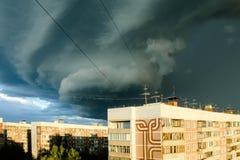 Donkere onweerswolken over een stad, wervelwind Royalty-vrije Stock Afbeeldingen