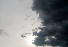 Donkere onweerswolkenachtergrond, wolken, dask onweer, raincloud, als regenwolken die dichtbij de regen drijven Stock Afbeeldingen