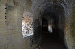 Donkere passage binnen een geruïneerd kasteel Stock Afbeelding