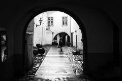 Donkere passage in de oude stad van Tallinn Royalty-vrije Stock Foto's