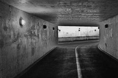 Donkere passage ondergronds in cement, concreet voor voetleurders en fietsers Stock Afbeeldingen