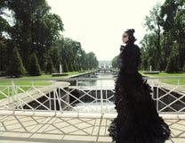Donkere prinses op de brug Royalty-vrije Stock Foto's