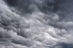Donkere regenachtige wolken stock foto