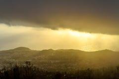 Donkere regenwolk over de stad, de mening van het vogel` s oog, Madera Stock Foto's