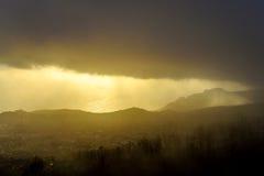 Donkere regenwolk over de stad, de mening van het vogel` s oog, Madera Stock Afbeelding