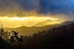Donkere regenwolk over de stad, de mening van het vogel` s oog, Madera Royalty-vrije Stock Afbeelding
