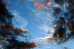 Donkere regenwolken in de avond hemel Royalty-vrije Stock Afbeelding