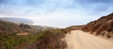 Donkere regenwolken over de kustlijn van Laguna Beach stock afbeelding