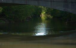 Donkere Rivier met licht in Afstand Royalty-vrije Stock Afbeelding