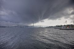 Donkere, rollende wolken over water Royalty-vrije Stock Fotografie