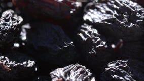 Donkere rozijn grotendeels Gezond voedsel Droge vruchten Beweging in een cirkel 4K stock footage