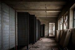 Donkere ruimte met staalkasten Stock Fotografie