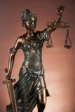 Donkere samenstelling met rechtvaardigheidsmateriaal Stock Afbeeldingen