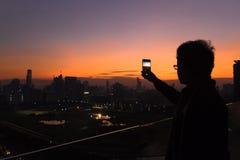 Donkere scène van de mens die een foto neemt Stock Fotografie
