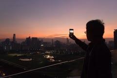 Donkere scène van de mens die een foto neemt Royalty-vrije Stock Afbeelding
