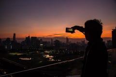 Donkere scène van de mens die een foto neemt Stock Afbeelding