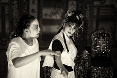 Donkere sepia versie van Chinese Teochew-operazangers die vóór de prestaties repeteren Royalty-vrije Stock Fotografie
