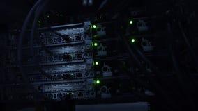 Donkere serverruimte Groot gegevenscentrum Licht van knipoogje het groene leds stock videobeelden