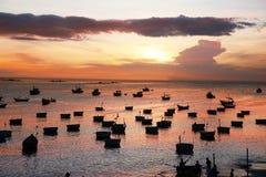 Donkere silhouetten van Vietnamese ronde visserij boot-manden Stock Afbeeldingen