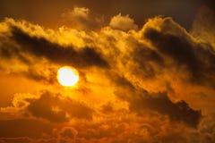 Donkere silhouetten van wolken in de oranje hemel Royalty-vrije Stock Foto's