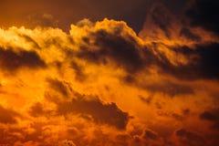 Donkere silhouetten van wolken in de oranje hemel Royalty-vrije Stock Fotografie