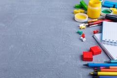 Donkere sjofele oppervlakte met een plaats voor het schrijven, aan de kant de lay-out van kantoorbehoeften Het concept onderwijs Stock Foto