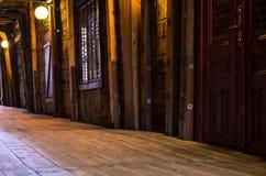 Donkere smalle straat in de binnenplaats van bryggen Stock Afbeelding
