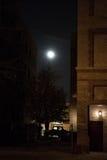 Donkere Stadssteeg bij Nacht met Maan Royalty-vrije Stock Afbeelding