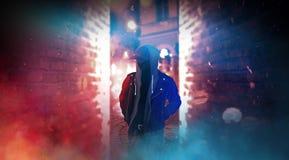 Donkere stadsstraat met neonlicht, rook, smog, stof stock afbeeldingen