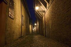 Donkere steeg in de oude stad Stock Foto's