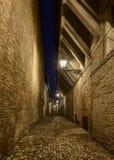 Donkere steeg in de oude stad Stock Afbeeldingen