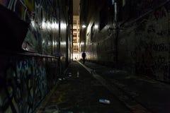 Donkere steeg met graffiti Stock Foto