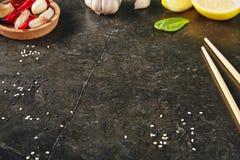 Donkere Steen Aziatische Achtergrond met Citroen, Knoflook, Hete Spaanse pepers Royalty-vrije Stock Afbeelding