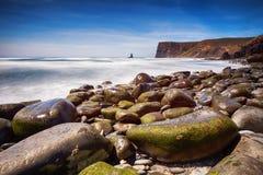 Donkere stenen door het overzees Stock Fotografie
