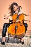 Donkere Stijlvrouw met Violoncel Stock Afbeelding