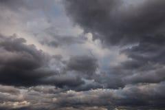 Donkere stormachtige hemel Royalty-vrije Stock Foto's